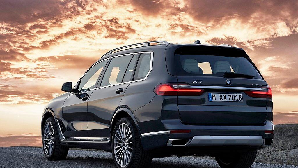 https://imgd.aeplcdn.com/1056x594/cw/ec/28286/BMW-X7-Rear-view-145752.jpg?v=20190801170547&q=85