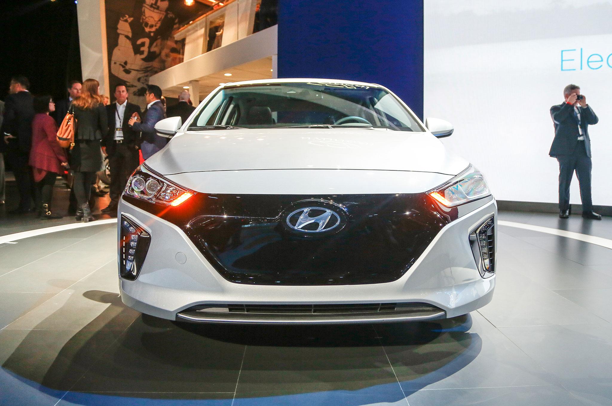 http://st.automobilemag.com/uploads/sites/11/2016/03/2017-Hyundai-Ioniq-Electric-front-end.jpg