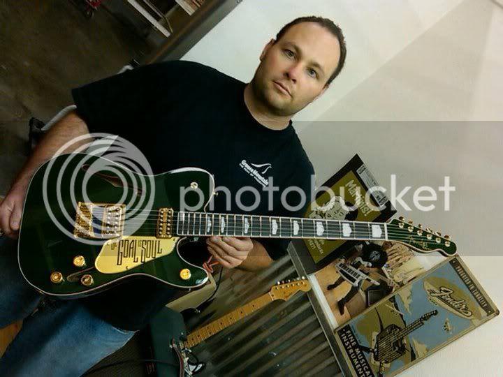 https://i883.photobucket.com/albums/ac31/remgreen1/U2/Bono/Guitars/188493_10150121836907844_75339382843_6705441_3743765_n.jpg