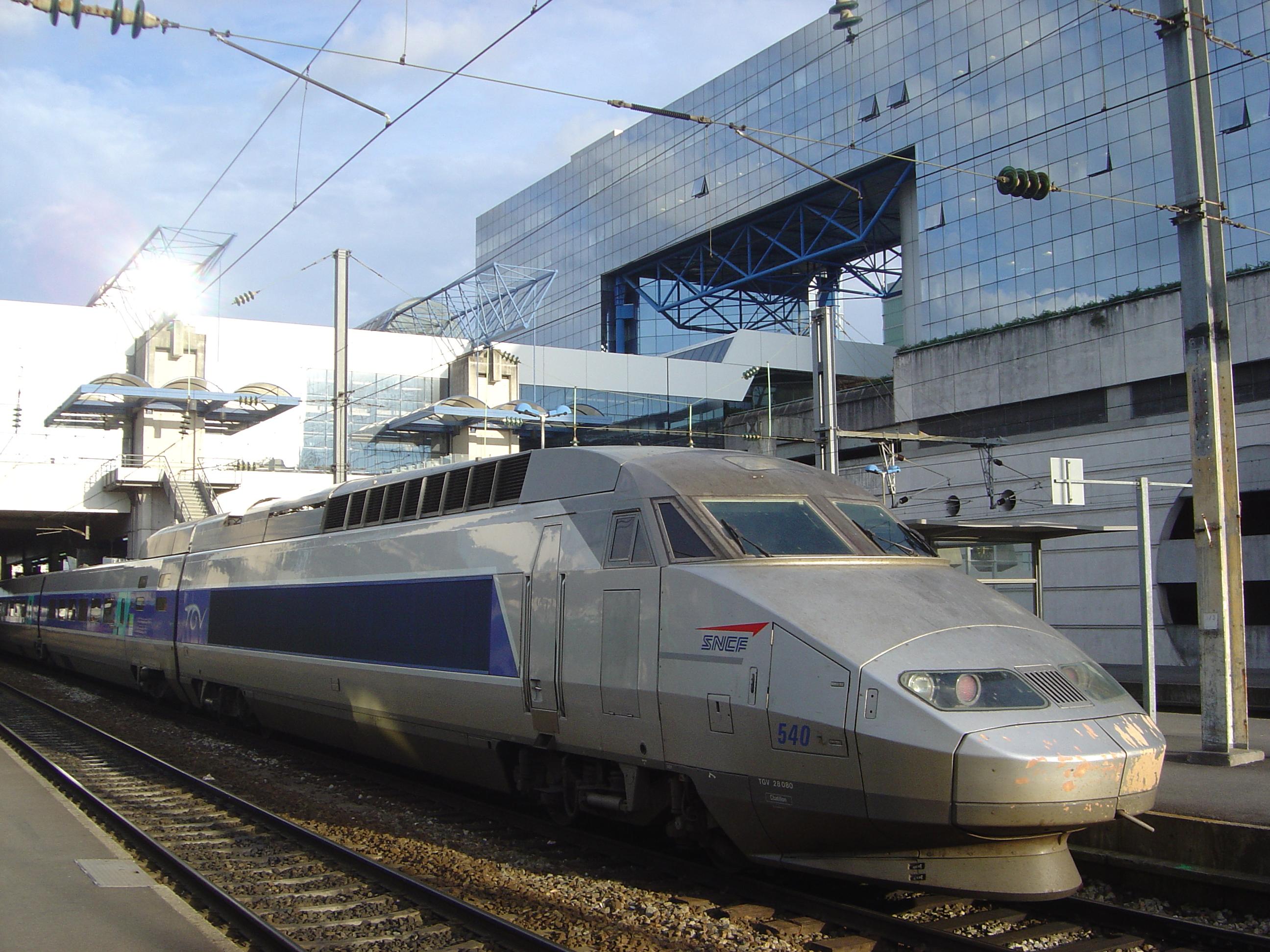 https://upload.wikimedia.org/wikipedia/commons/d/d6/TGV_train_in_Rennes_station_DSC08944.jpg