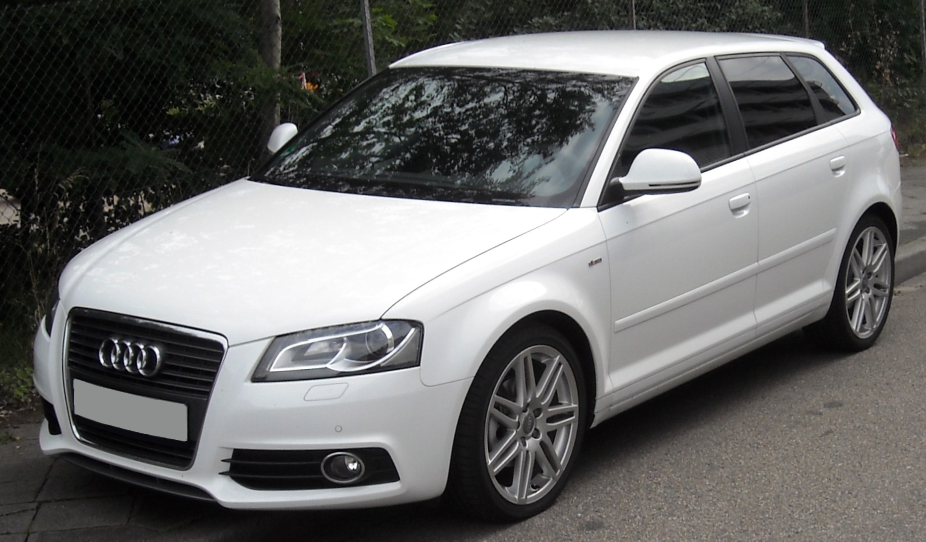 https://upload.wikimedia.org/wikipedia/commons/c/c2/Audi_A3_Sportback_front_20090714.jpg