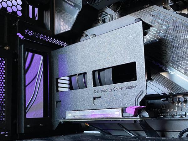https://techgaming.nl/image_uploads/reviews/Cooler-Master-Universal-Vertical-Graphics-Card-Holder-Kit-Ver2/In-de-praktijk-4.png