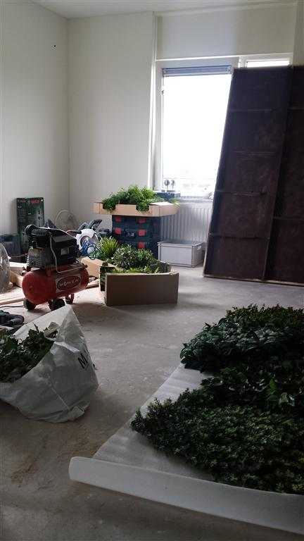 http://lumatronix.nl/FOK/Vertical_Garden_beplanten1.jpg