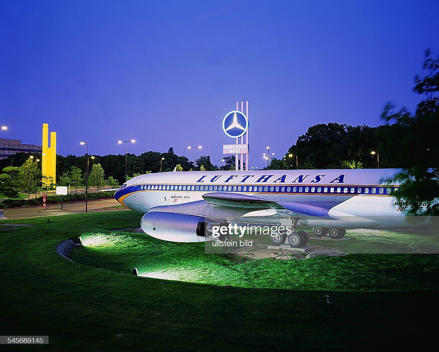 https://media.gettyimages.com/photos/jet-der-lufthansa-auf-dem-flughafengelnde-1993-picture-id545689145?s=2048x2048