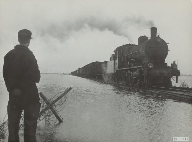 https://gowiththevlo.nl/wp-content/uploads/2018/02/watersnoodramp-1953-trein-spoor-kruiningerpolder-go-with-the-vlo.jpg