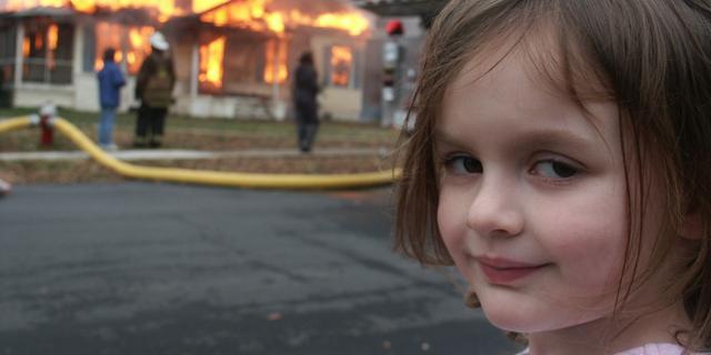 https://media.nu.nl/m/mhmxlniantdq_xwd640.jpg/meisje-dat-voor-brandend-huis-poseerde-verdient-vier-ton-aan-meme.jpg