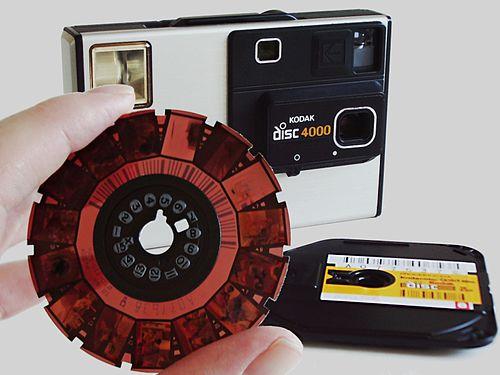 https://upload.wikimedia.org/wikipedia/commons/thumb/e/e2/Camera_Kodak_Disc_4000_with_disc_film.jpg/500px-Camera_Kodak_Disc_4000_with_disc_film.jpg