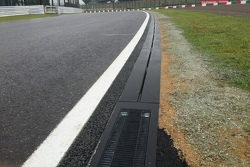 https://cdn-9.motorsport.com/static/img/mgl/5000000/5010000/5016000/5016100/5016179/s9/f1-japanese-gp-2015-suzuka-drain.jpg
