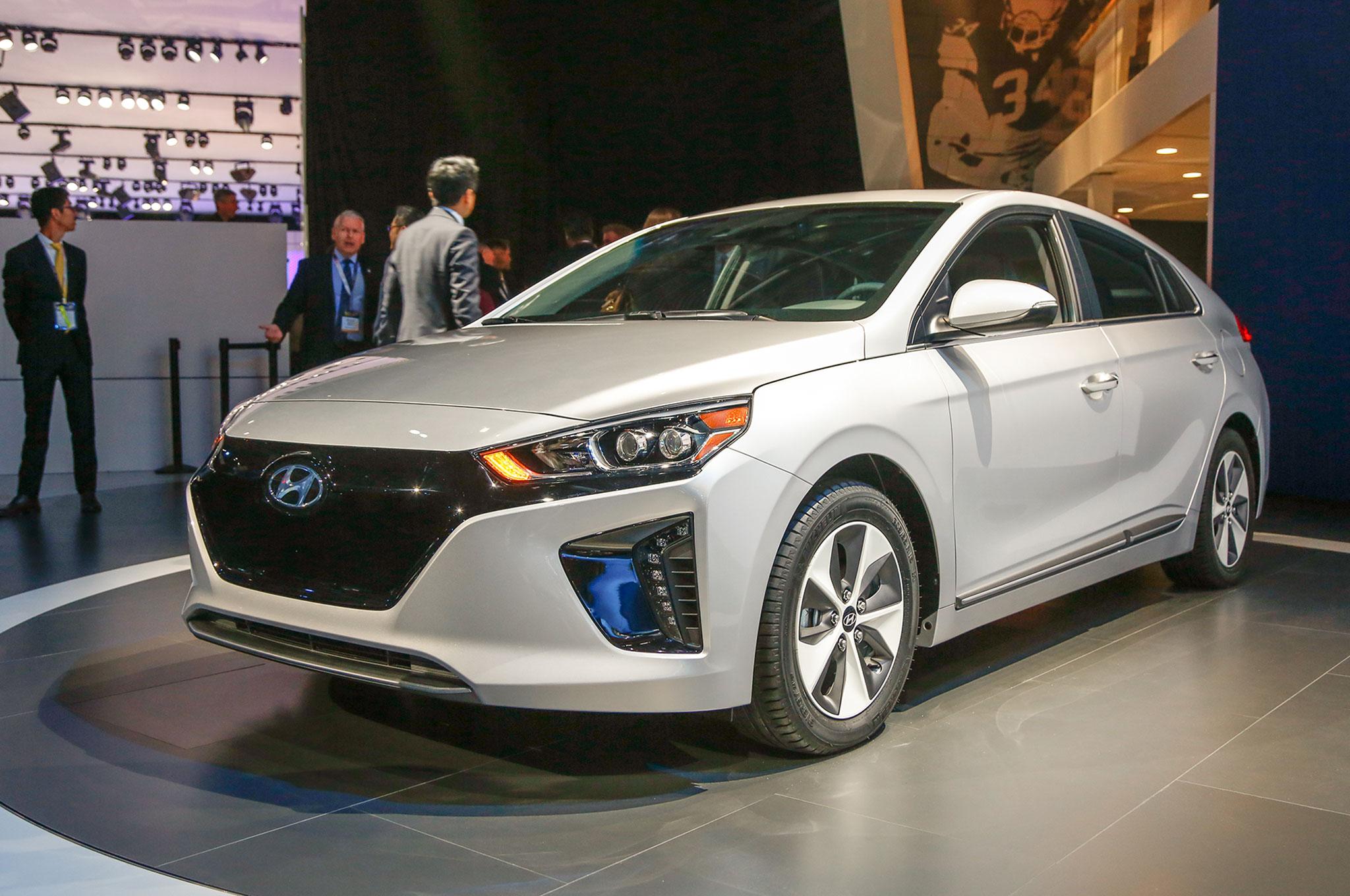 http://st.automobilemag.com/uploads/sites/11/2016/03/2017-Hyundai-Ioniq-Electric-front-three-quarter-01.jpg