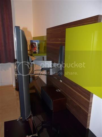 http://i231.photobucket.com/albums/ee38/SlasZ/Home%20Cinema/New%20setup/Small/P1050233Small.jpg