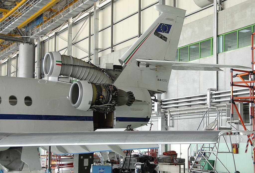 https://upload.wikimedia.org/wikipedia/commons/thumb/1/15/Dassault_Falcon_900EX%2C_Italy_-_Air_Force_JP6346097.jpg/1024px-Dassault_Falcon_900EX%2C_Italy_-_Air_Force_JP6346097.jpg