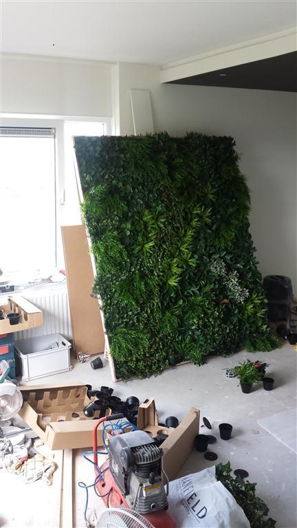 http://lumatronix.nl/FOK/Vertical_Garden_beplanten5.jpg