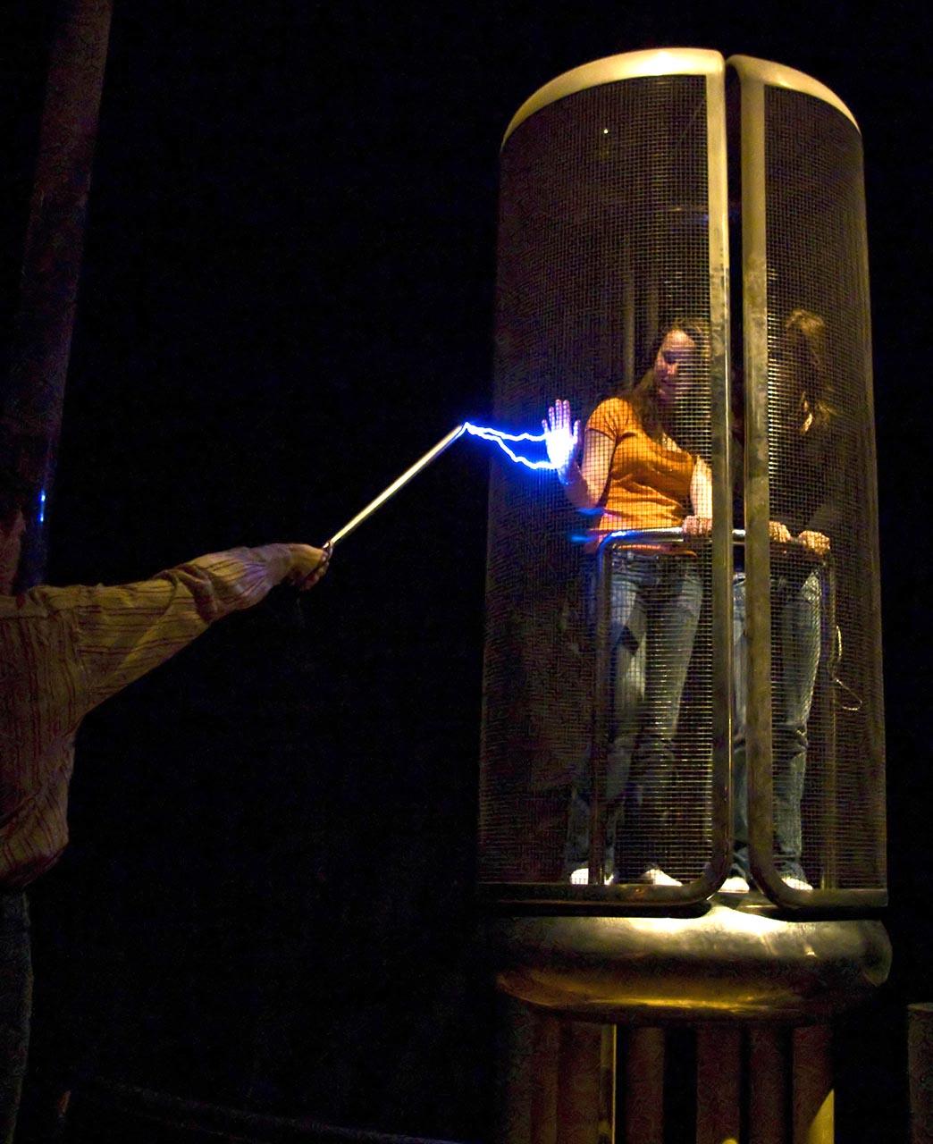 https://upload.wikimedia.org/wikipedia/commons/c/c0/Cage_de_Faraday.jpg