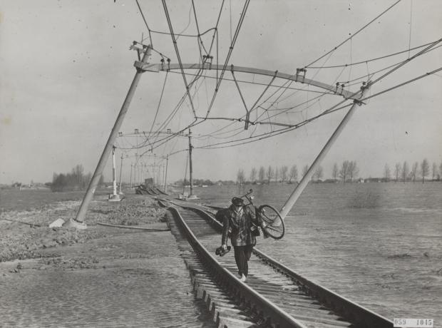 https://gowiththevlo.nl/wp-content/uploads/2018/02/watersnoodramp-1953-moerdijk-spoor-go-with-the-vlo.jpg