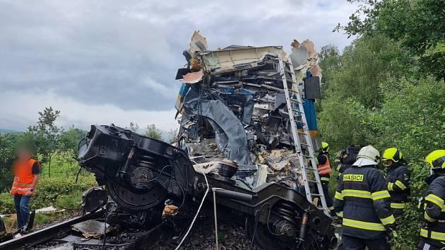 https://g.denik.cz/16/cd/celo-jednoho-z-vlaku-zeleznicni-nehody_denik-630-16x9.jpg