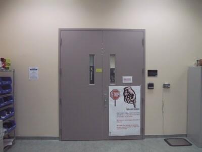 Gesloten deuren voor 'Laser Voltage Probe' ruimte