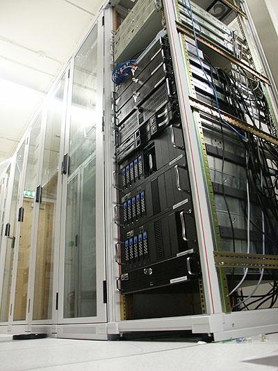 Mega serverupgrade 31-08-2002: nieuwe rack opstelling