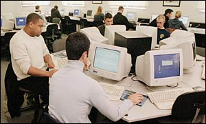 Studenten achter monitoren