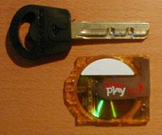 Review iRiver iDP-100 DataPlay schijf naast sleutel