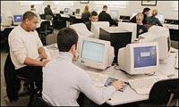 Studenten achter computer - verkleind