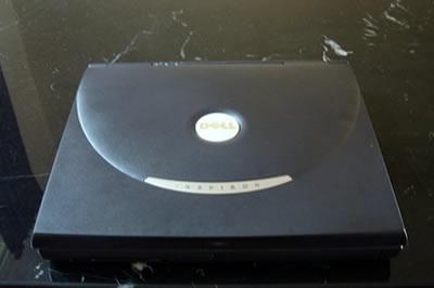 Dell Inspiron 8200 buitenkant - Blarg OC review
