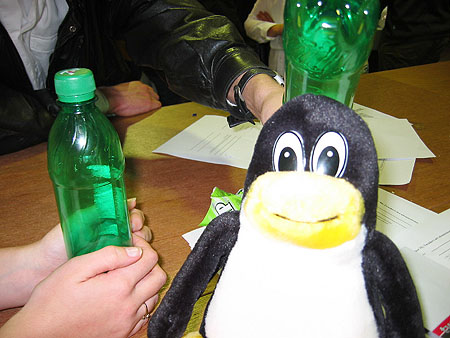 HCC Dagen 2002 fotoverslag: Tux met 7up flesjes
