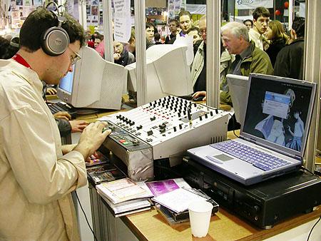 HCC Dagen 2002 fotoverslag - Tweakers.net stand Kaj.radio