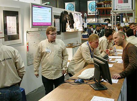 HCC Dagen 2002 fotoverslag - Tweakers.net stand verkoop