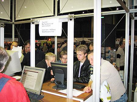 HCC Dagen 2002 fotoverslag - Tweakers.net stand terminals