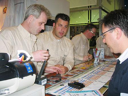 HCC Dagen 2002 fotoverslag - Tweakers.net stand Dane-Elec verkoop