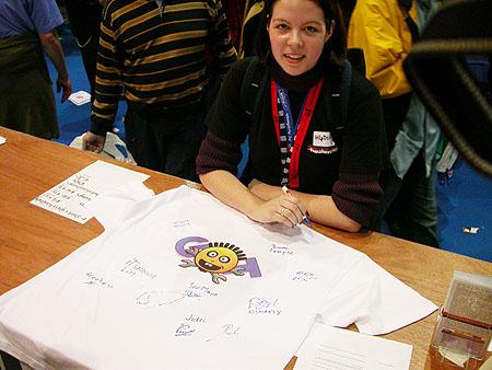 HCC Dagen 2002 fotoverslag: T-shirt handtekeningen