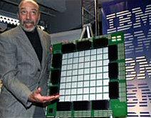 IBM mannetje bij overdreven groot schaalmodel 64-core cpu