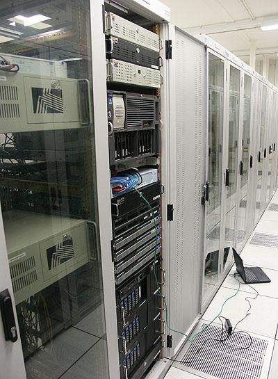 Artemis serverupgrade 1/3 november 2003 - T.net rack voorkant
