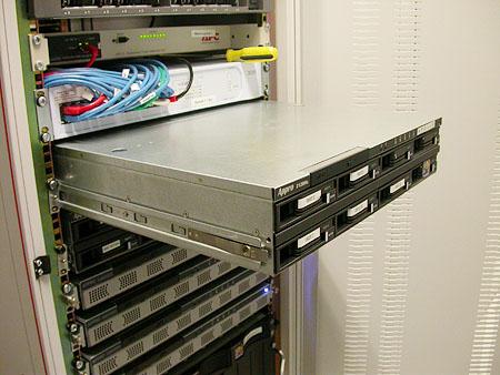 Serveronderhoud 20-12-2003: Apollo III wordt geplaatst