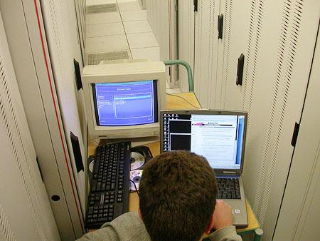 Serveronderhoud 20-12-2003: Kees aan het werk