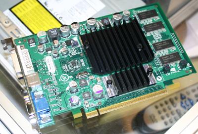 GeForce FX5200 met PCI Express-connector en bridgechip