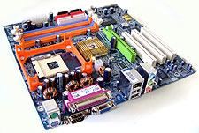 Gigabyte GA-8TRS300M met Radeon 9100 IGP (klein)