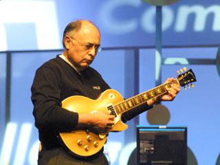 Hector Ruiz plukt aan gitaar