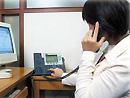 Mevrouw belt via VoIP-telefoon