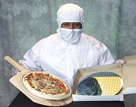 IBM engineer met twee wafers gebakken met verschillende procede's