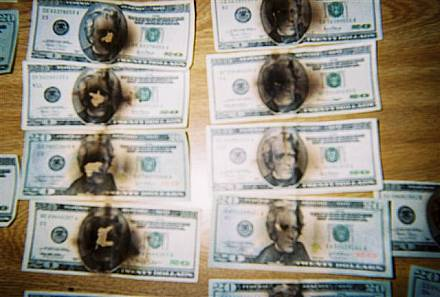 Dollarbiljet met ontplofte RFID-tag