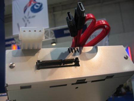 CeBIT 2004: Plextor PX-7125A SATA met kabels