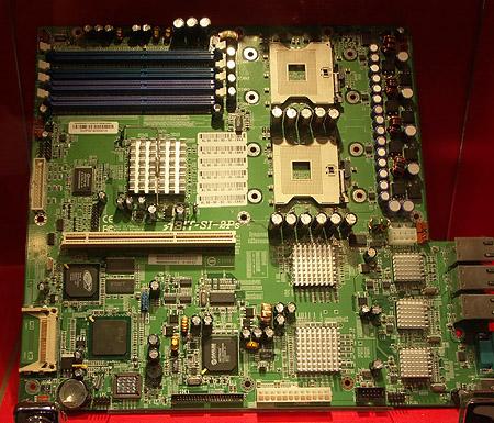 CeBIT 2004: Abit SI-2Ps dual Xeon plank