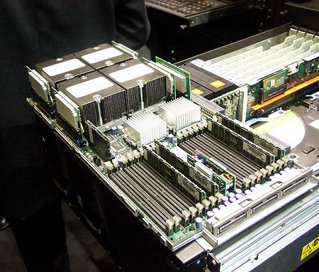 CeBIT 2004: IBM quad Xeon MP open gelegd