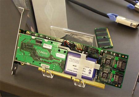 CeBIT 2004: 3ware Escalade 9500S-4LP met BBU