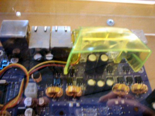 Groen perspex kapje op ECS-moederbord voor VRM-koeling