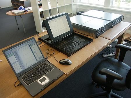 KVM LCD, backupserver en database-server op tafel