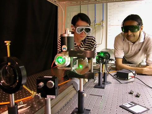 Twee futuristisch ogende mannetjes aan de slag met laser en dvd's
