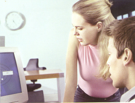 Werkende mensen (man, vrouw) bij computer