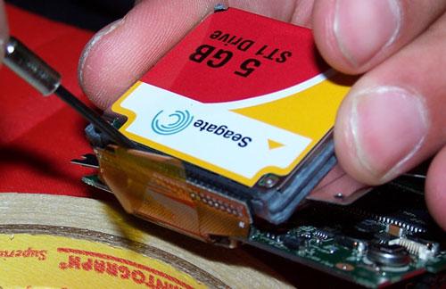 Het verwijderen van de Seagate 5GB CF-kaart uit een MuVo�